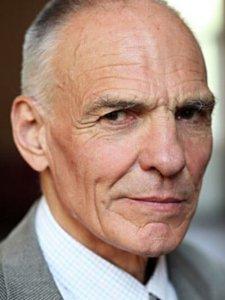 Hans Peter Hallwachs, Absolvent unserer Schule aus frühen Jahren, arbeitet seit vielen Jahrzehnten als Schauspieler, Synchron- und Hörspielsprecher. Bei Film und Fernsehen machte er sich als profilierter Charakterdarsteller einen Namen.